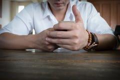 Hombre de negocios usando un teléfono móvil con el mensaje que manda un SMS Imágenes de archivo libres de regalías