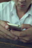 Hombre de negocios usando un teléfono móvil con el mensaje que manda un SMS Imagen de archivo libre de regalías