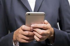 Hombre de negocios usando un teléfono móvil elegante Imagen de archivo