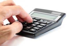 Hombre de negocios usando una calculadora Foto de archivo libre de regalías