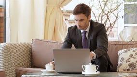 Hombre de negocios usando una computadora portátil metrajes