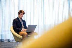 Hombre de negocios usando una computadora portátil Fotografía de archivo libre de regalías