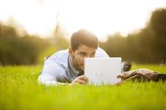 Hombre de negocios usando una tablilla digital fotos de archivo libres de regalías