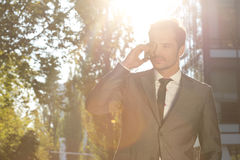Hombre de negocios Using Cell Phone al aire libre Imagen de archivo libre de regalías