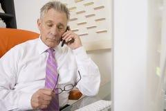 Hombre de negocios Using Cellphone imagen de archivo