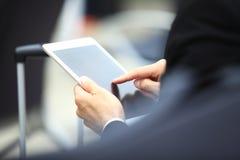 Hombre de negocios Using Digital Tablet en salón de la salida del aeropuerto imagenes de archivo