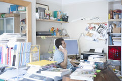 Hombre de negocios Using Landline Phone en Ministerio del Interior Fotografía de archivo