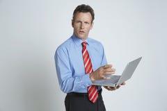Hombre de negocios Using Laptop Foto de archivo libre de regalías