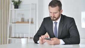 Hombre de negocios Using Smartphone para el comercio en línea almacen de video
