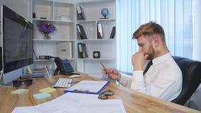 Hombre de negocios Using un teléfono en la oficina almacen de metraje de vídeo
