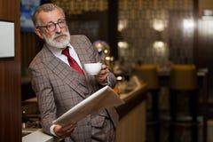 Hombre de negocios viejo-envejecido ocupado en el trabajo en su ordenador portátil en café imágenes de archivo libres de regalías