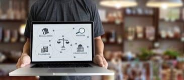 Hombre de negocios w de los profesionales de la ley de las reglas de las REGULACIONES y de la CONFORMIDAD foto de archivo libre de regalías