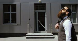 Hombre de negocios Walking en las calles del distrito financiero Concepto: un nuevo negocio, viajando el mundo, comunicación almacen de video