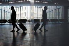 Hombre de negocios Walking a la sala de espera imagen de archivo libre de regalías