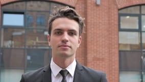 Hombre de negocios Walking y tableta con, hojeando en línea metrajes