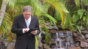 Hombre de negocios By Waterfall almacen de video