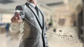Hombre de negocios woking en gráfico del elevado crecimiento Fotos de archivo libres de regalías