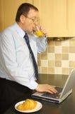 Hombre de negocios Working Breakfast imagenes de archivo