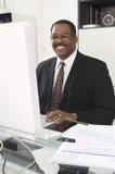 Hombre de negocios Working On Computer Imagenes de archivo