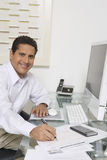 Hombre de negocios Working At Desk Imagen de archivo libre de regalías