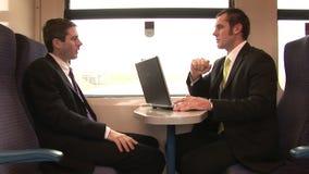 Hombre de negocios Working en un tren almacen de video