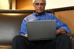 Hombre de negocios Working Hotel Room Fotos de archivo libres de regalías