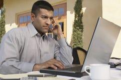 Hombre de negocios Working On Laptop fotos de archivo