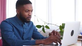 Hombre de negocios Working On Laptop en la oficina almacen de metraje de vídeo