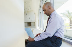 Hombre de negocios Working On Laptop en la oficina foto de archivo libre de regalías