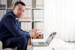 Hombre de negocios Working On Laptop en la oficina fotos de archivo libres de regalías