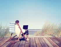 Hombre de negocios Working por la playa imagen de archivo