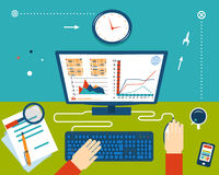 Hombre de negocios Workplace con las manos e Infographic Fotos de archivo libres de regalías