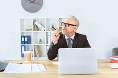 Hombre de negocios wotking con el ordenador portátil Imagenes de archivo