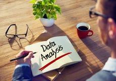 Hombre de negocios Writing el análisis de datos de la palabra fotos de archivo libres de regalías