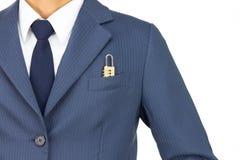 Hombre de negocios y cerradura de combinación en el bolsillo en la visión recta aislado en el fondo blanco Imágenes de archivo libres de regalías