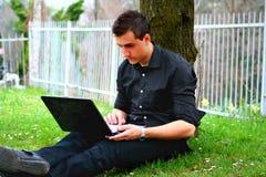 Hombre de negocios y computadora portátil jovenes fotos de archivo