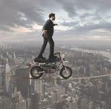 Hombre de negocios y desafíos acrobáticos Foto de archivo libre de regalías