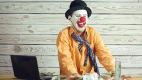 Hombre de negocios y dinero del payaso almacen de metraje de vídeo