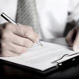 Hombre de negocios y documento Imagen de archivo libre de regalías