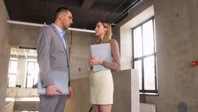 Hombre de negocios y empresaria con hablar de la carpeta almacen de metraje de vídeo