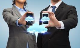 Hombre de negocios y empresaria con smartphones Imagen de archivo libre de regalías