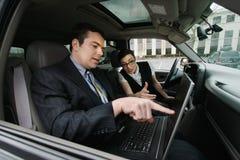 Hombre de negocios y empresaria en un coche Fotos de archivo libres de regalías
