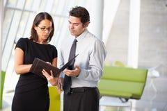 Hombre de negocios y empresarias que tienen reunión en oficina Imagen de archivo