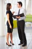 Hombre de negocios y empresarias que tienen reunión en oficina Imágenes de archivo libres de regalías