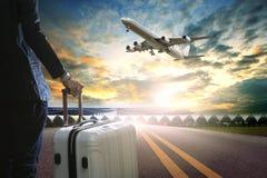 Hombre de negocios y equipaje que viaja que se colocan en terminal de aeropuerto Imagen de archivo