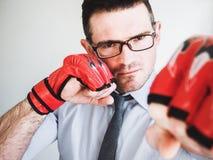 Hombre de negocios y guantes de boxeo rojos Imagen de archivo libre de regalías