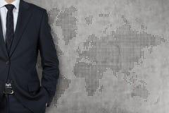 Hombre de negocios y mapa del mundo Fotografía de archivo libre de regalías