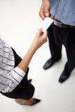 Hombre de negocios y mujer del detalle que intercambian tarjetas imagen de archivo