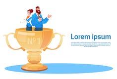 Hombre de negocios y mujer en taza del ganador del premio, Team Success Concept Imagenes de archivo