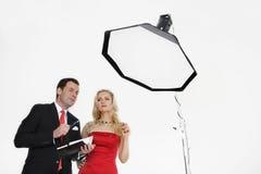 Hombre de negocios y mujer que se colocan en estudio Fotografía de archivo